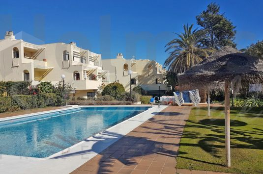 Super duplex apartment in Jardines de Sotogrande near to the shops and restaurants. Sold furnished.