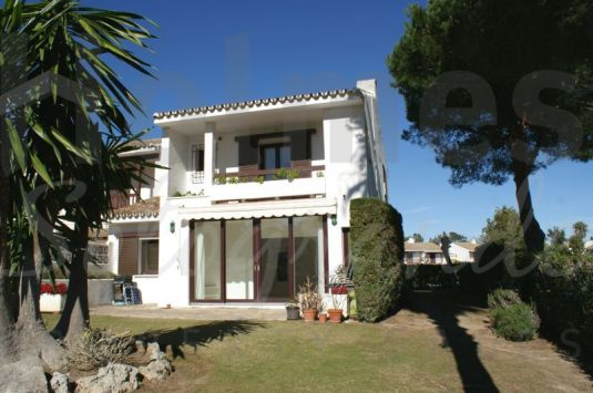 Corner town house with a sunny aspect located in the popular development of La Loma