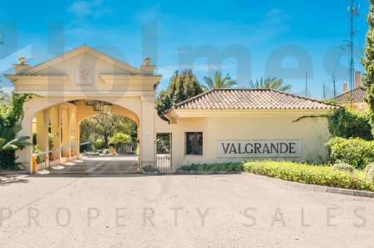 Spacious first floor apartment located in the luxurious complex of Valgrande, opposite to Valderrama Golf Club, one of the best golf courses in Europe.