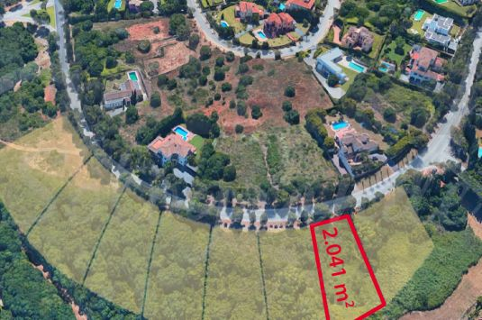 Building plot located in the popular F Zone in Sotogrande Alto and bordering a green zone.