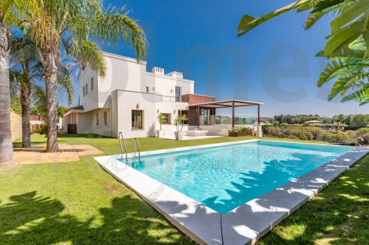 South-facing contemporary style villa built in 3 levels overlooking a green zone and close to the Almenara Hotel and Golf Course.