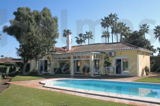 A single storey villa located in the heart of Sotogrande close to the commercial centres of Galerías Paniagua and Sotomarket.