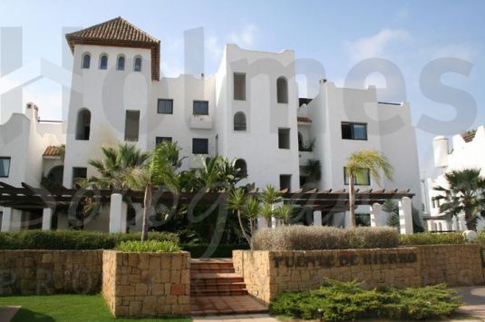 Second floor apartment with southerly aspect ideally located next to the Polo Fields