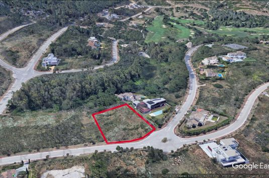 Magificent plot in La Reserva bordering a green zone and on an elevated position with great views.