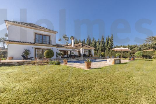 Magnificent 2 storey villa ideally located in the sought after area of the Kings & Queens very close to the Beach Clubs, the Real Club de Golf and the Marina.