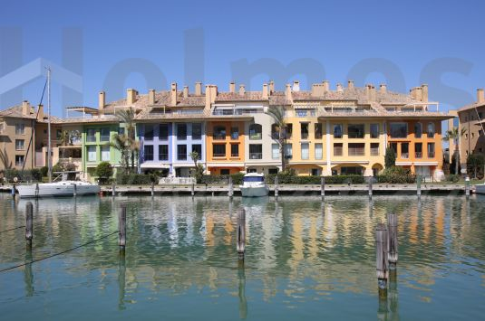 Magnificent 3 bedroom penthouse in Ribera del Dragoncillo with great views of the Marina.