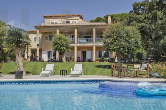 South-east facing 3 storey villa with a great garden in a highly demanded area of Sotogrande Alto.