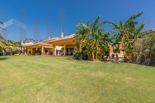 An outstanding property unusually set in 8.050 m² of land with spectacular south-facing views overlooking the Almenara and San Roque golf courses and to the sea.