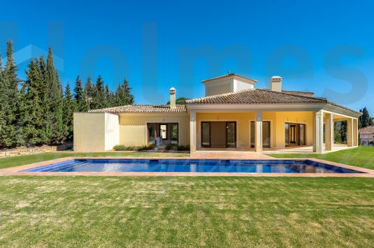 Magnificent villa offering a southerly aspect and situated in the prestigious secure enclave of Los Altos de Valderrama.