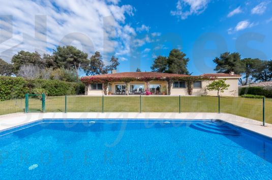 A fully renovated single storey villa with lovely landscaped gardens located near the Polo fields.