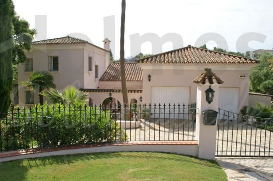Maintained in immaculate order, this villa is peacefully located in a mature area with pretty gardens.
