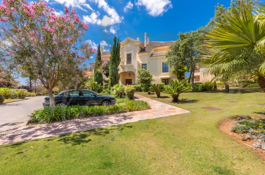 A lovely duplex penthouse apartment situated in the most luxurious residential development of Sotogrande, which features an indoor pool, spa, gymnasium, pitch and putt practice area