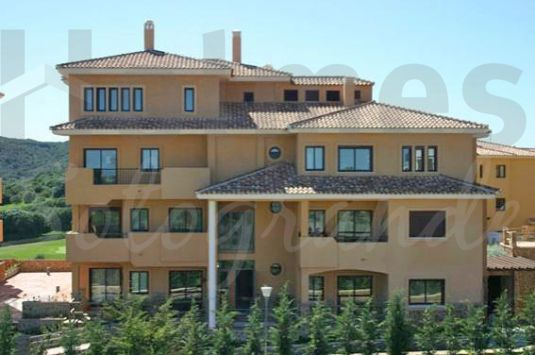 Duplex penthouse situated in Los Gazules with great views to the Almenara Golf Course.