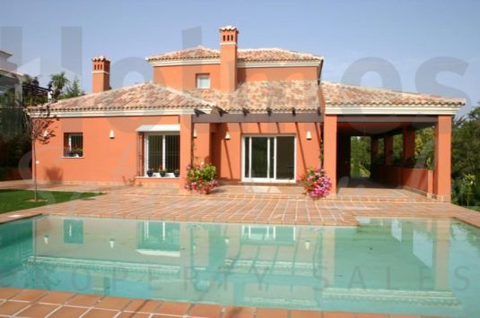 Bright and light spacious villa located near to the Almenara Hotel with views to Almenara and San Roque golf courses.
