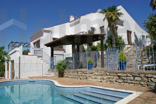 Family villa with a sunny aspect in a very quiet area and bordering a green zone.