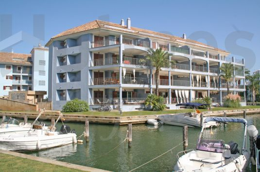 A spacious luxury ground floor apartment on an island with views over the famous Sotogrande Marina