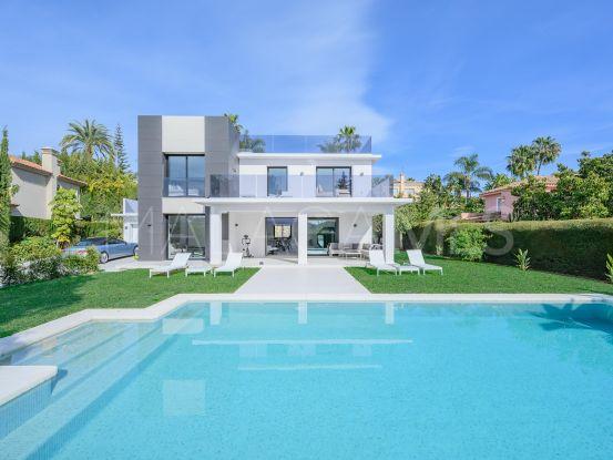Comprar villa de 4 dormitorios en Parcelas del Golf, Nueva Andalucia | Pure Living Properties