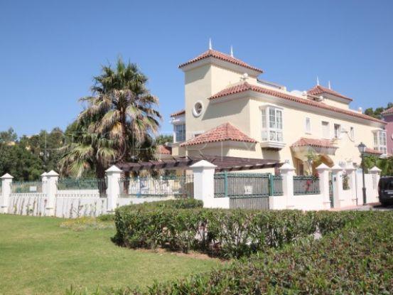 Villa en venta en Lorea Playa, Nueva Andalucia | Inmobiliaria Luz