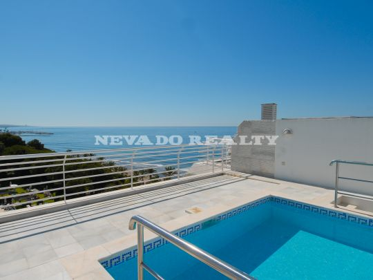 Magnificent penthouse for sale in a residential building on the beachfront