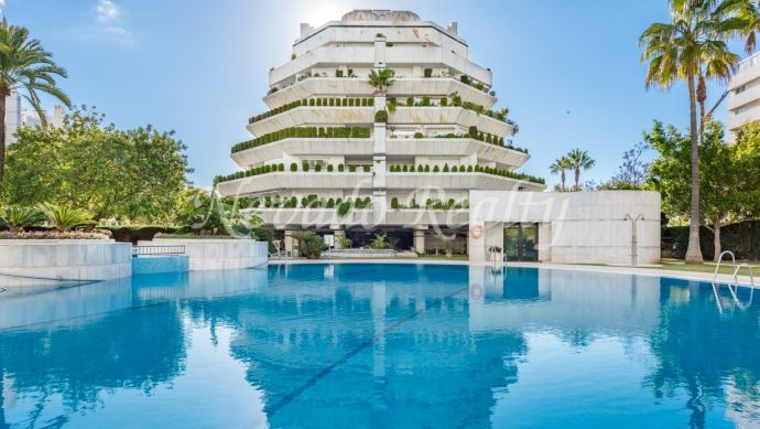 Nice and spacious apartment situated in one of the best building in Marbella town.