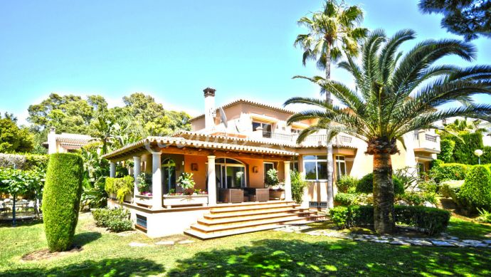 Charming villa for sale in Marbella East with private pool and south facing