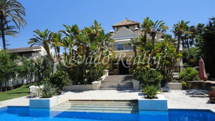 Lovely villa on two floors situated at the east side of Marbella.