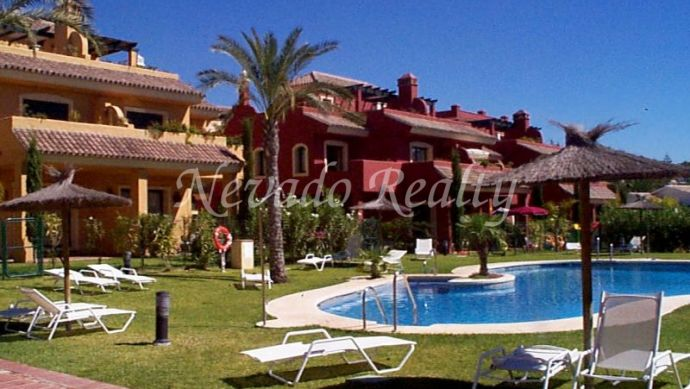 A house with an unique position between the sea and the mountain, close to Marbella center.