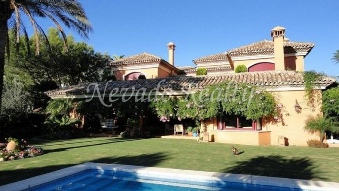 Lovely villa on two floors plus semi-basement, situated on Marbella's Golden Mile.