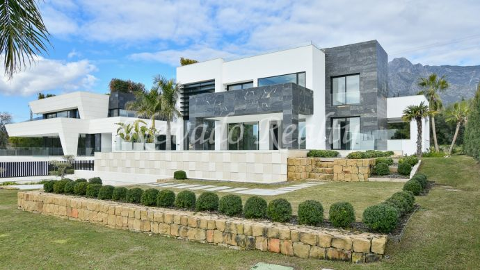 Brand new contemporary style villa for sale in Marbella Altos Puente Romano
