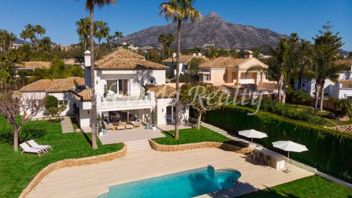 Frontline golf villa for sale in La Cerquilla