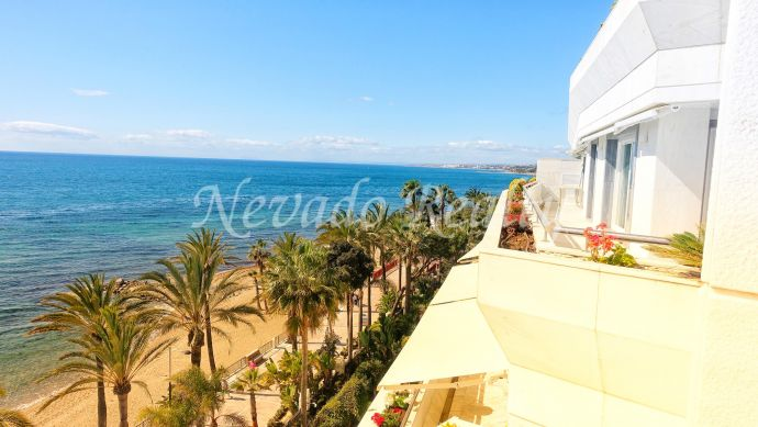 Spectacular apartment with frontal sea views