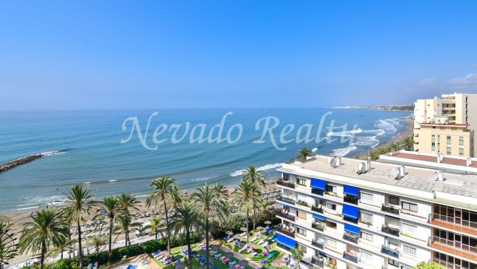 Apartment for sale in a beachfront building with sea views