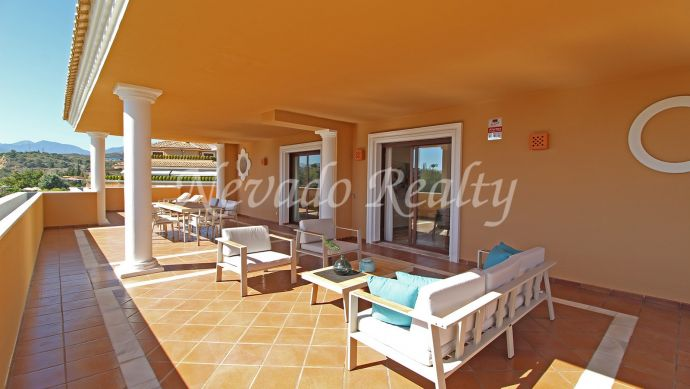 Penthouse for sale in Marbella with a huge terrace in the Golden Mille
