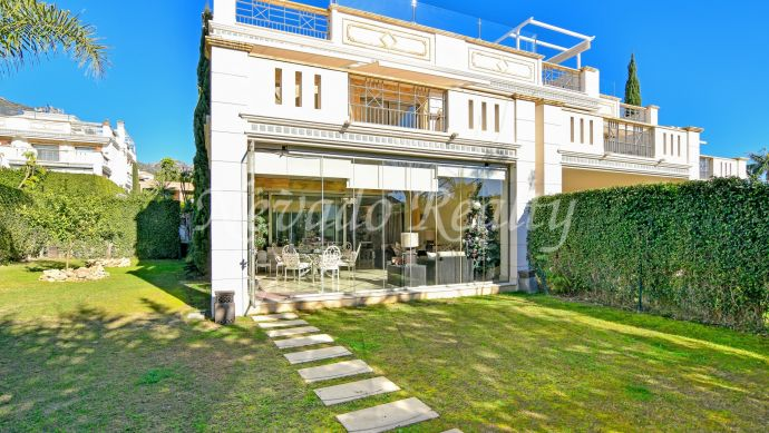 Magnificent semi-detached villa with sea views and private pool in solarium