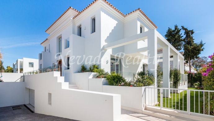Bright brand new villa within walking distance to the beach in Cortijo Blanco