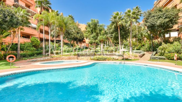 Apartment with large terrace and sea views in Marbella Golden Mile