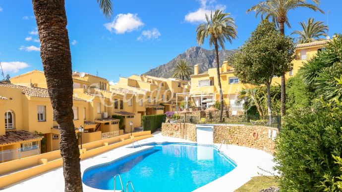 Semi-detached house for sale in Marbella with solarium and sea views