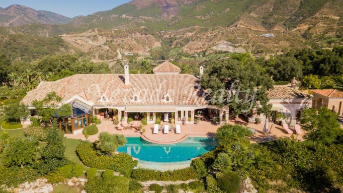 Villa a la venta con gran parcela y vistas panorámicas al golf y al mar dentro de exclusivo club y campo de golf