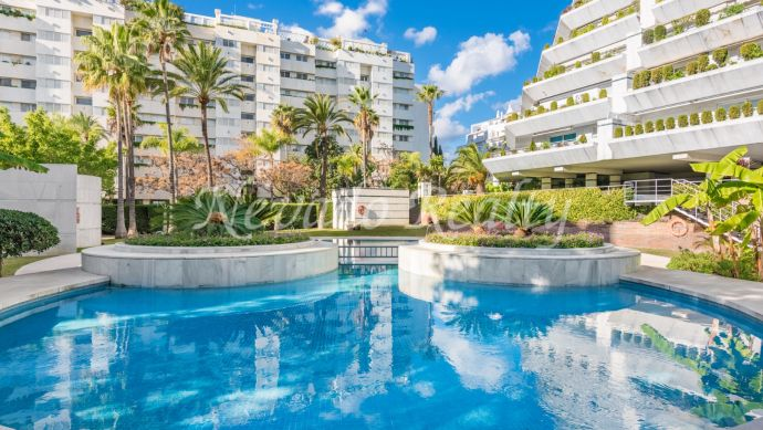 Apartment with sea views in exclusive complex just steps from the beach