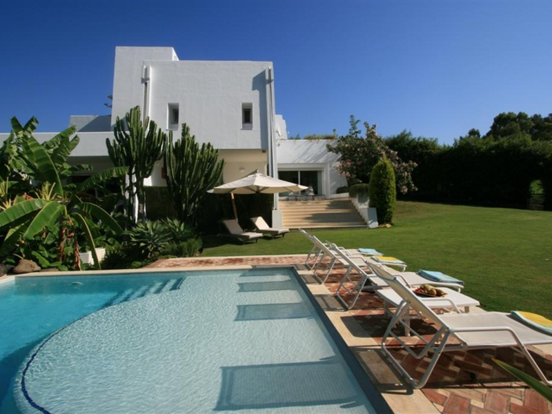 Villa for Sale and Rent in Los Naranjos, Nueva Andalucia