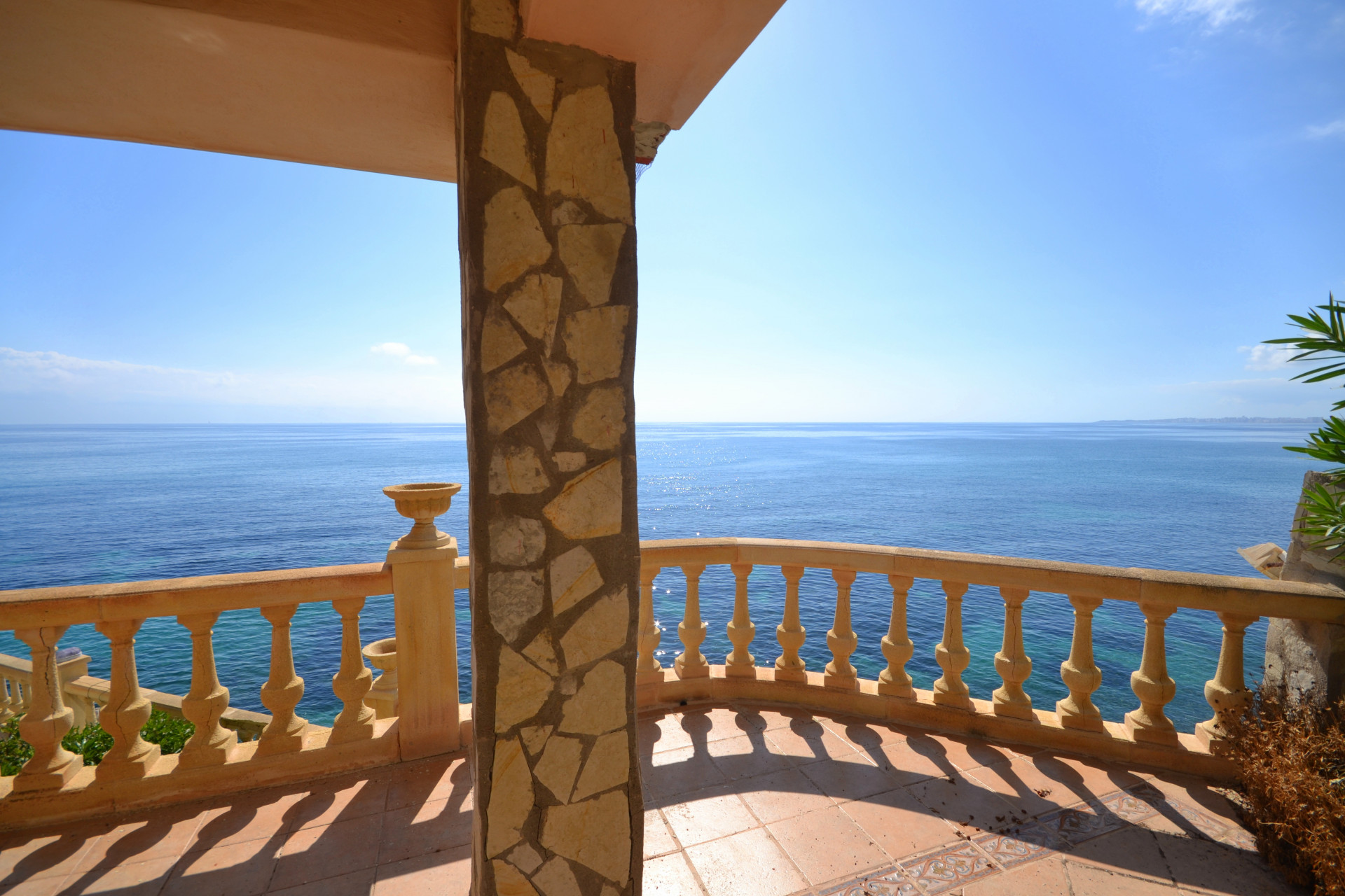 Imposing front-line villa with pool, sea access and breathtaking views over the Mediterreanean