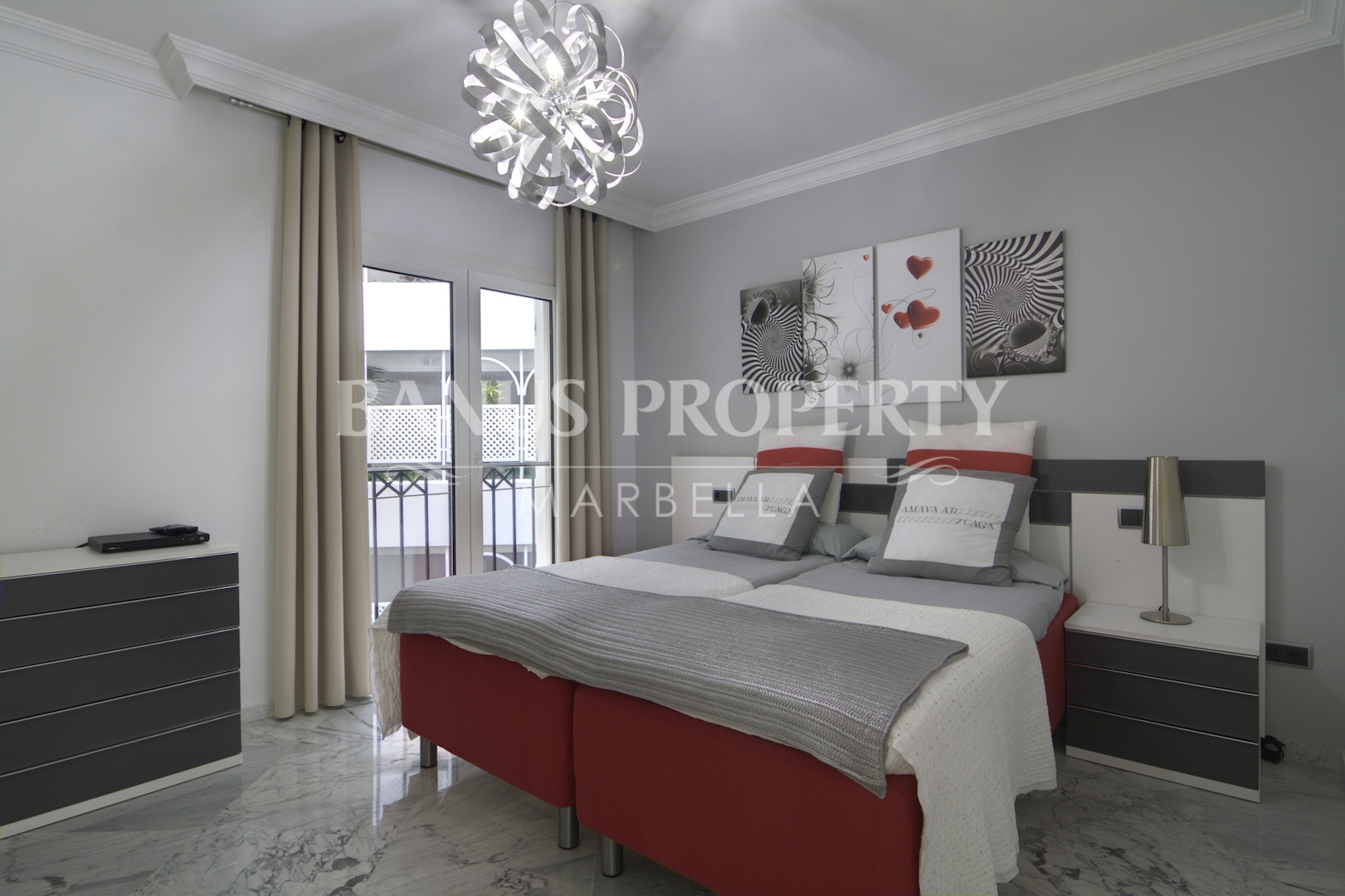 Renovated contemporary 3 bed luxury beachside apartment for sale in Edificio Sevilla, Playas del Duque