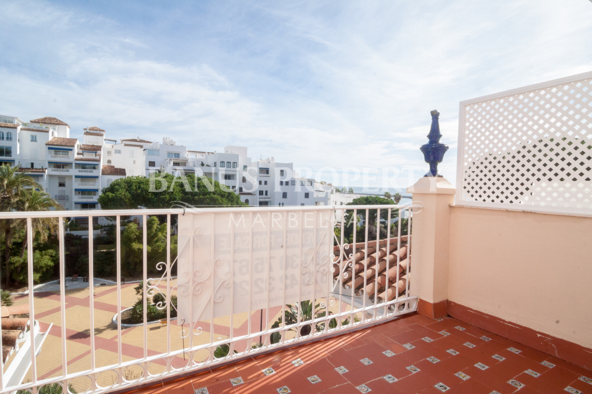 Ático de dos dormitorios en el cuarto piso con increíbles vistas al mar en venta en Andalucía del Mar, Puerto Banús