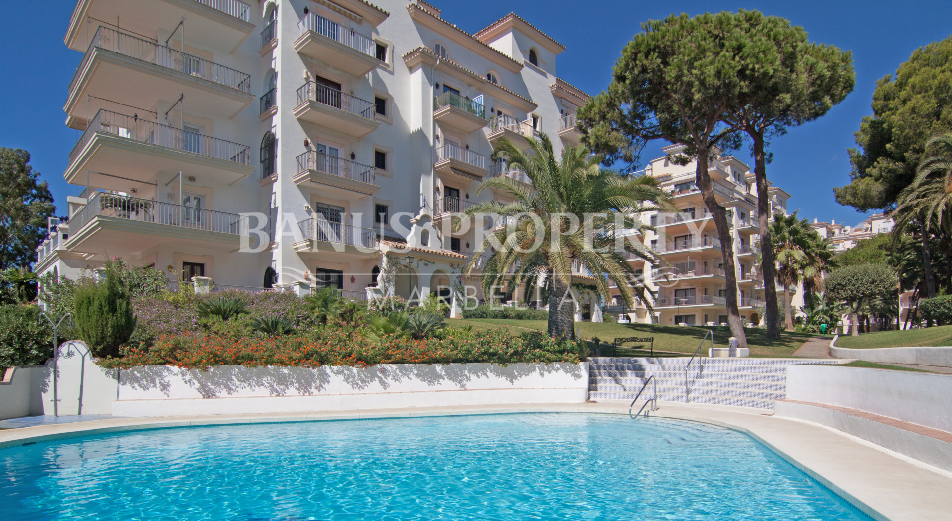 Two-bedroom penthouse with sea views for rent in Andalucía del Mar, Puerto Banús