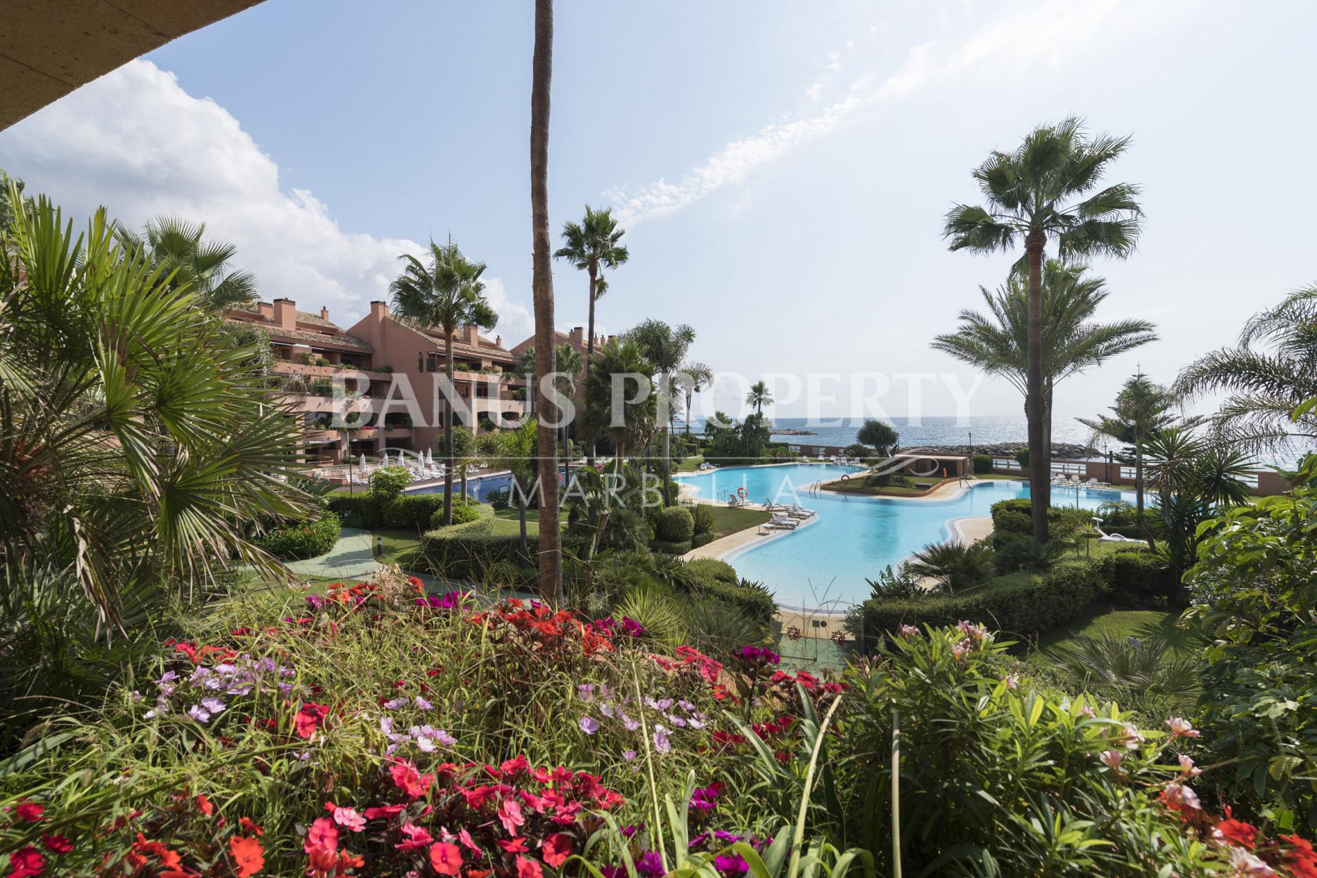 Luxurious Marbella beachfront apartment in prestigious Malibu complex for sale