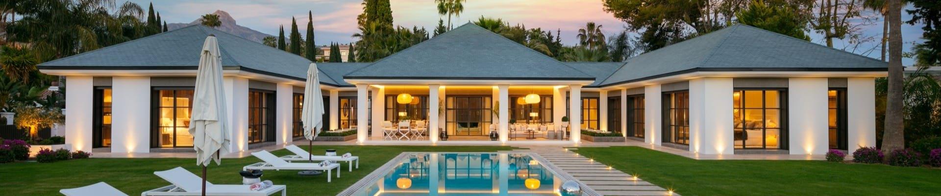 Moderne Immobilien in Marbella|/ Moderne Villen und Apartments