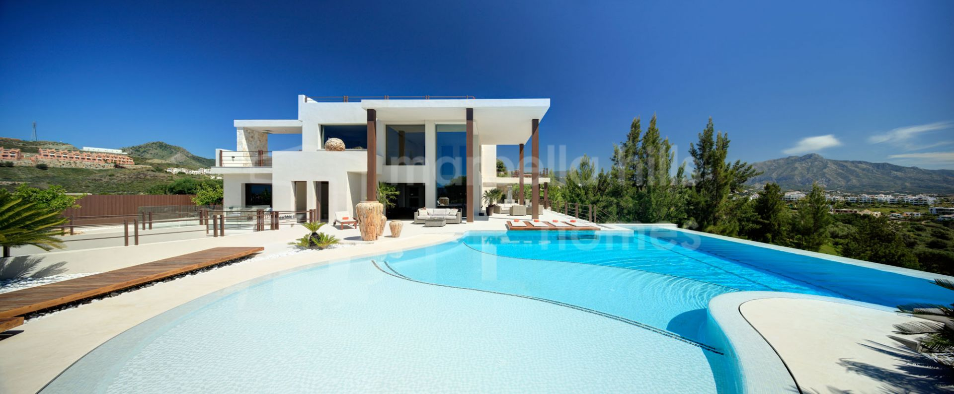 Villa for sale in <small> La Alqueria, Benahavis</small>