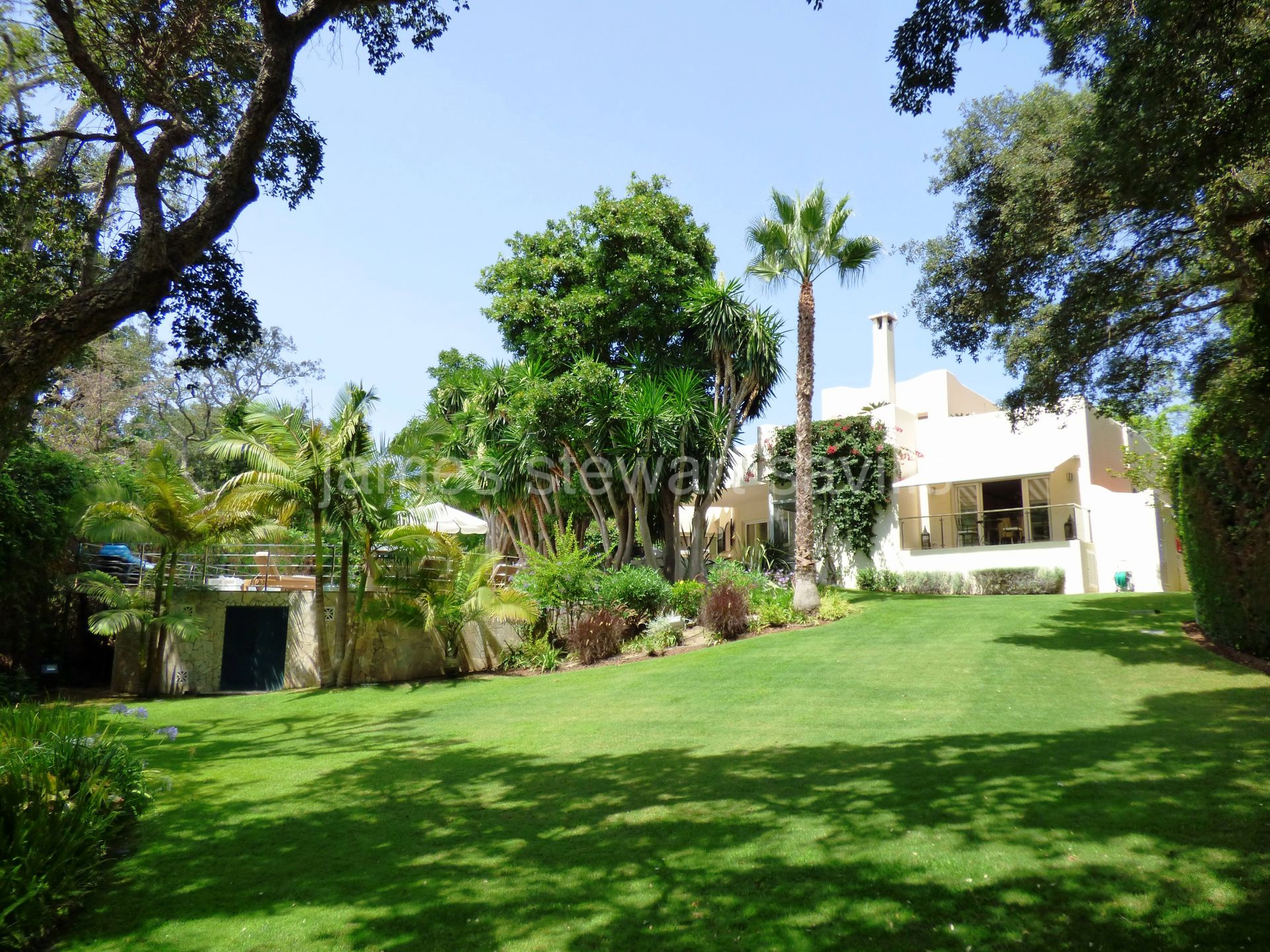 Very original Ibiza style villa with lovely lush gardens in Sotogrande Costa