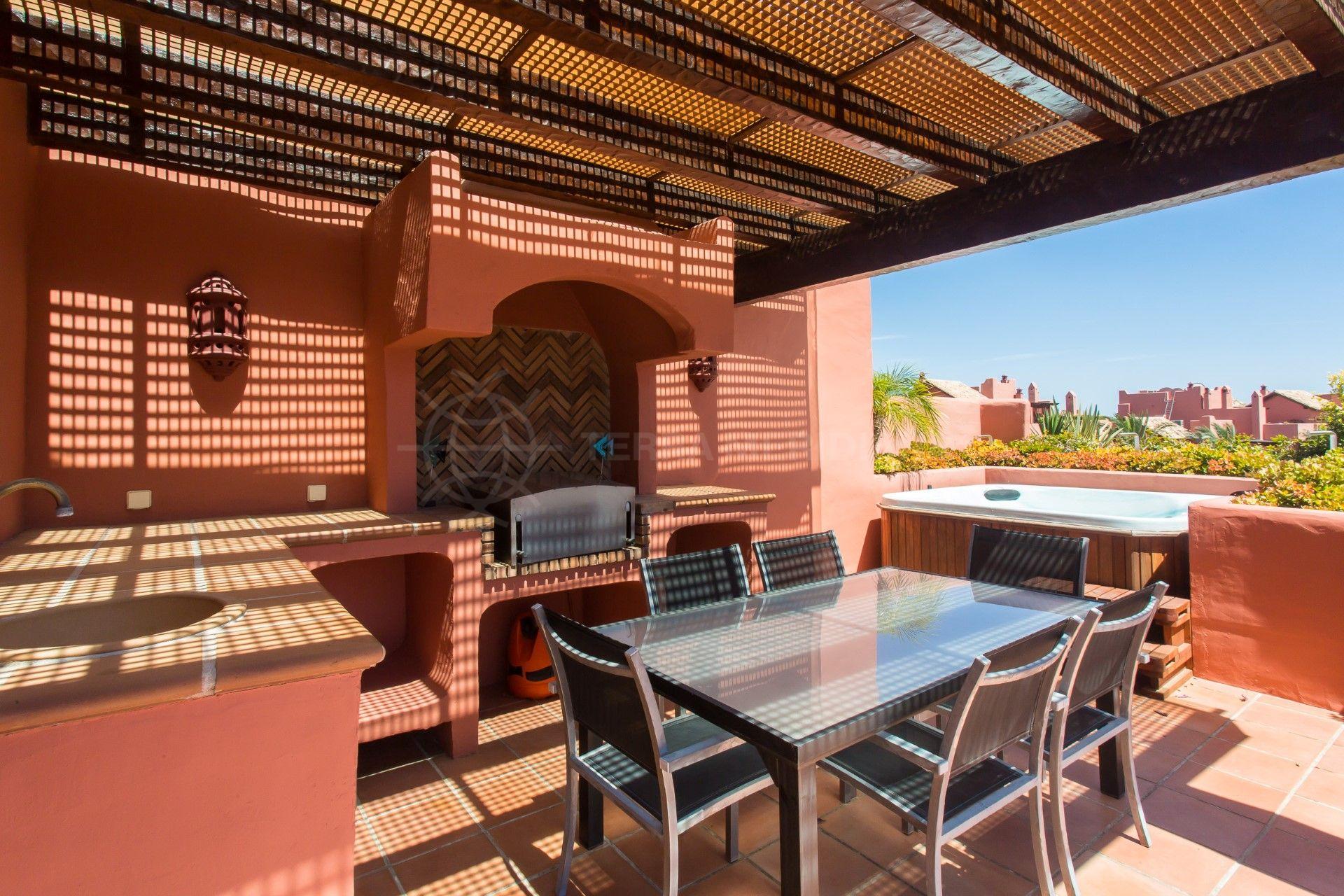 tico de lujo con dos terrazas piscinas jardines y acceso directo a la playa torre bermeja estepona