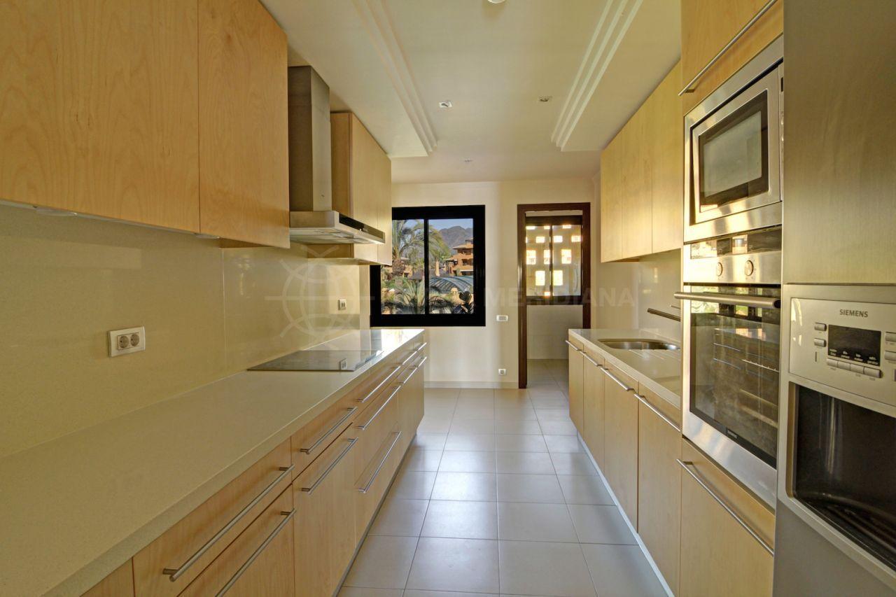 Apartamento de tres habitaciones y tres ba os con una for Banos divididos en tres